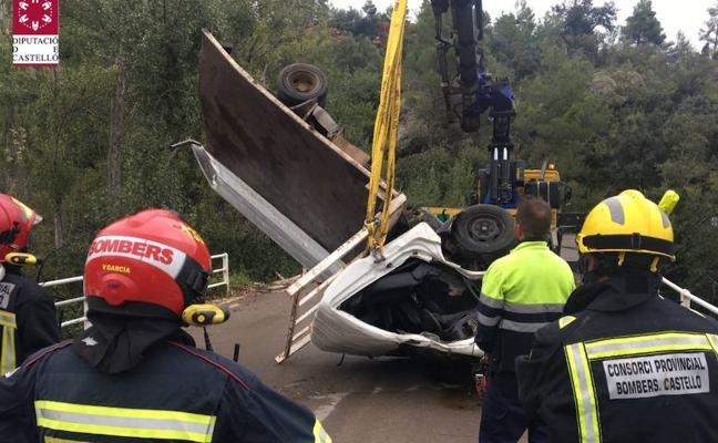 Fallece un hombre tras caerse el camión que conducía desde un puente en Fuente la Reina