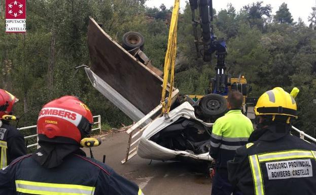 Rescate del camión caído por un puente en Fuente de la Reina.