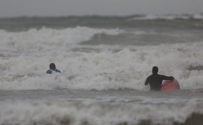 Olas de hasta tres metros dañan las playas mientras el termómetro cae 10 grados