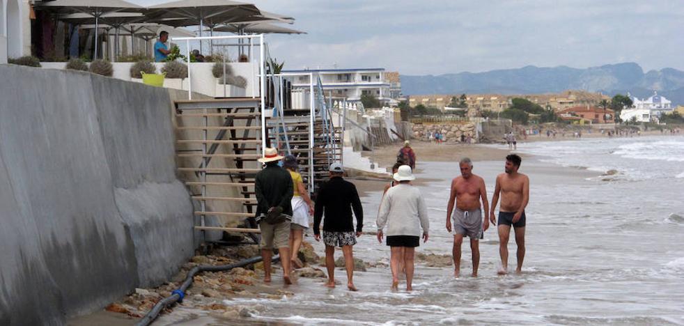 La playa de les Deveses de Dénia sufre la enésima pérdida de arena