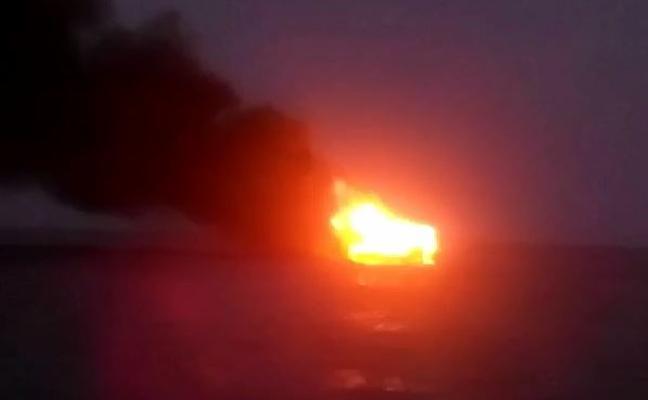 Arde un barco a 10 km de la costa de la isla de Tabarca