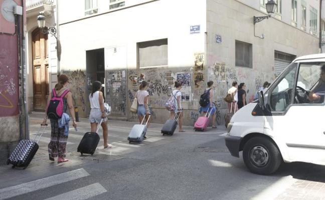 Valencia plantea al Consell que la tasa turística sea mayor para apartamentos que para hoteles