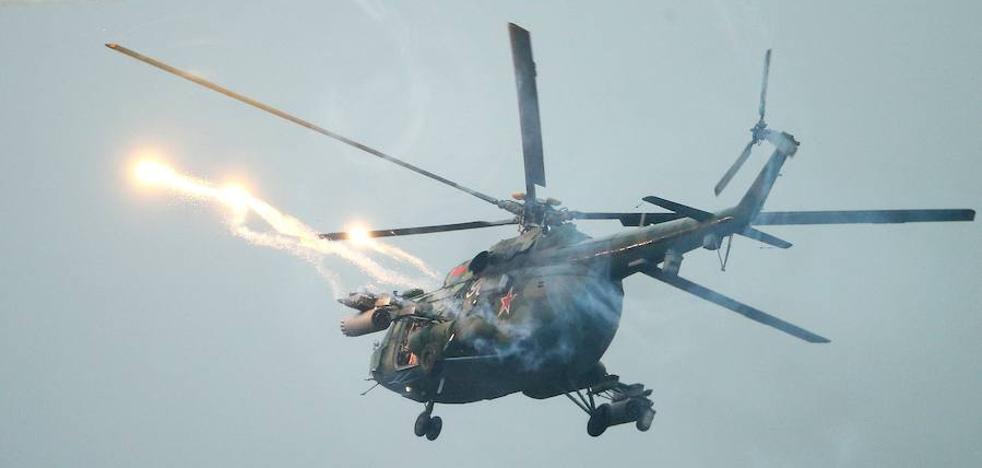 Un helicóptero ruso lanza un misil por error al público durante unas maniobras militares