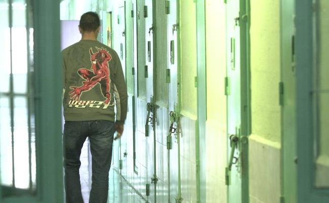 La falta de inhibidores en la cárcel de Picassent permite a los presos cometer delitos por teléfono