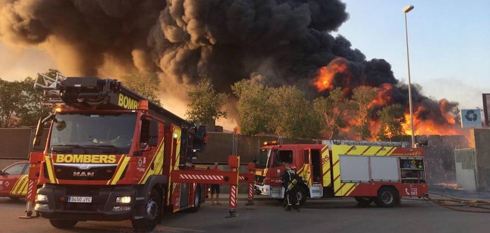Un incendio industrial se desata en la planta de reciclaje de Onda