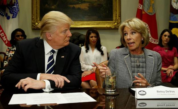 Donald Trump (i.) y Betsy DeVos (dcha.)./Reuters