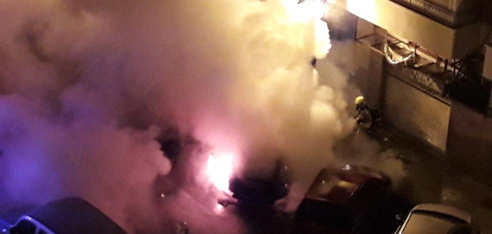 Un incendio en la calle Gorgos destroza cuatro coches