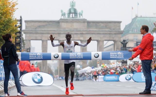 Eliud Kipchoge, ganador del Maratón de Berlín 2017: 2h03'33''
