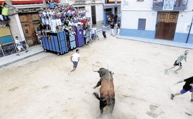 Un hombre muere tras ser corneado en los bous al carrer de Puçol