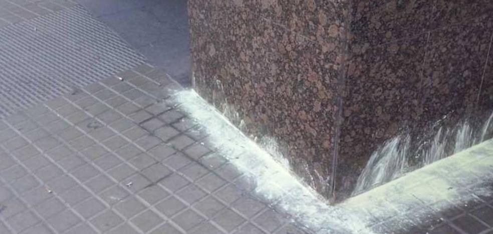 La Policía Nacional advierte de que el azufre es tóxico y no evita que los animales orinen en la calle