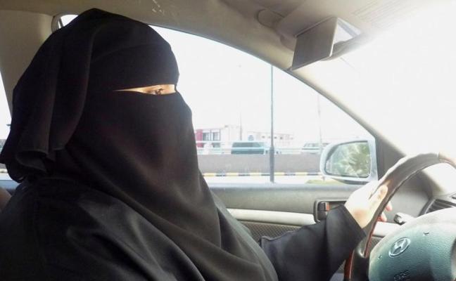 El rey de Arabia Saudí ordena que las mujeres puedan conducir