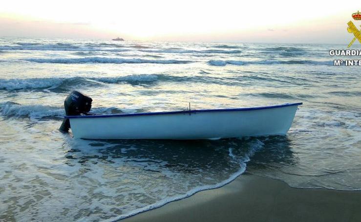 Fotos de la patera en la playa de Guardamar del Segura