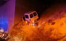 Rescatan a tres personas atrapadas en un coche tras chocar contra un puente en la salida de Albaida