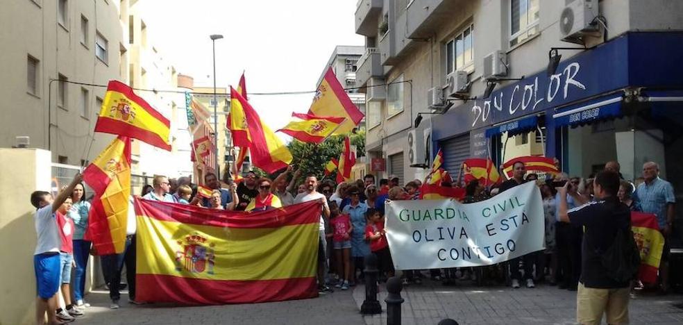 Un centenar de vecinos se concentran en Oliva para dar su apoyo a la Guardia Civil