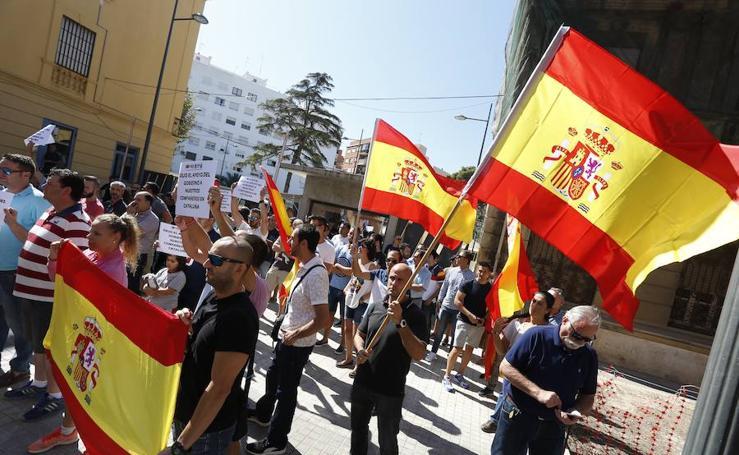 Fotos de las concentraciones en las comisarías de la Policía Nacional de Valencia
