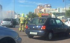 Arde un coche en la entrada de Valencia por Ausiàs March