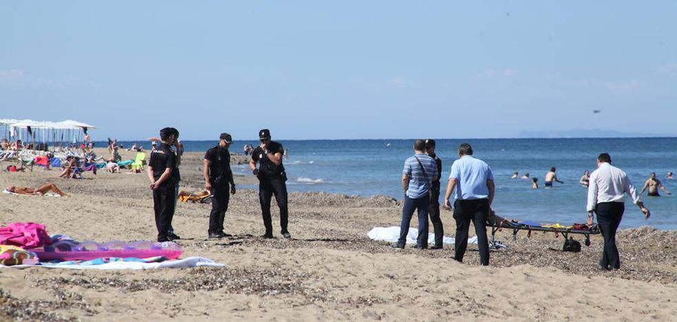 Aparece flotando en una playa de Dénia el cuerpo de un bañista