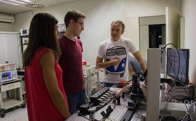 Investigadores valencianos diseñan el primer chip fotónico con más de 100 funcionalidades distintas
