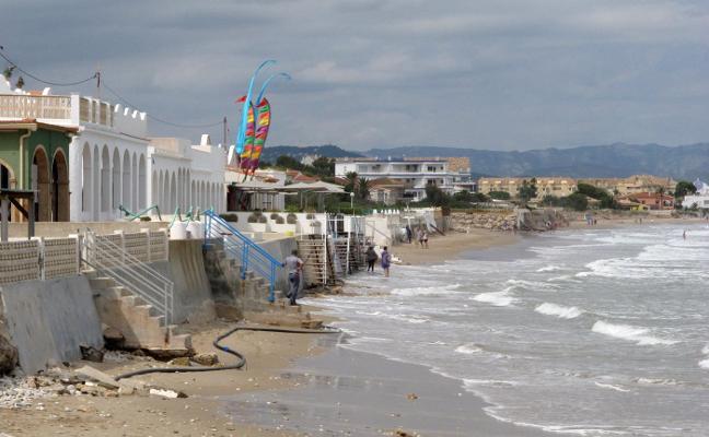 Costas y Dénia se alían en busca de arena para suplir la carencia de la playa de Les Deveses