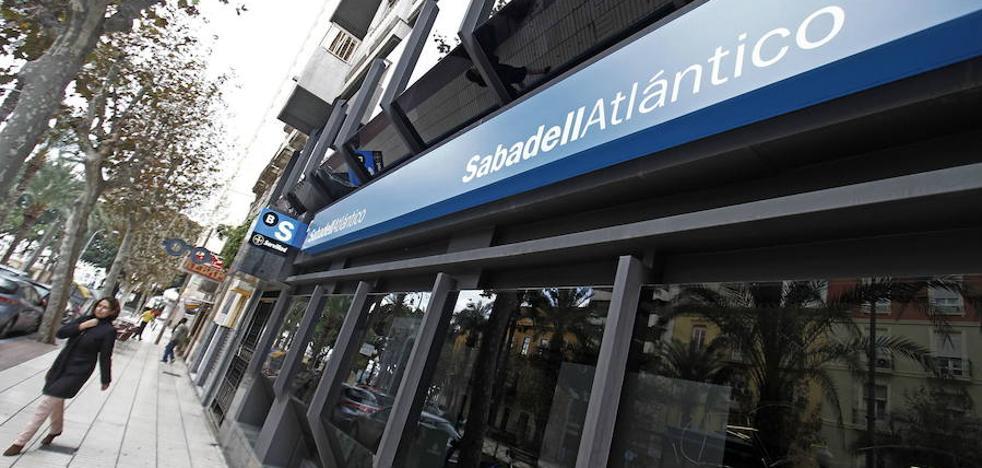Un colectivo de pequeños accionistas anima al Sabadell a trasladarse a Alicante