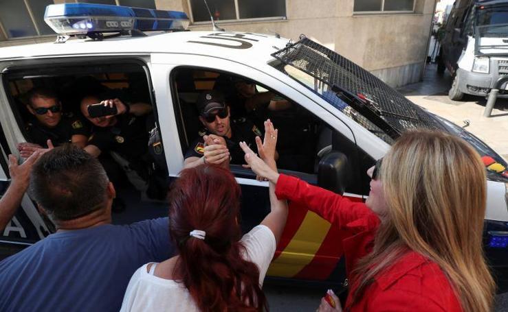 Fotos de los policías nacionales abandonando la localidad catalana de Pineda del Mar