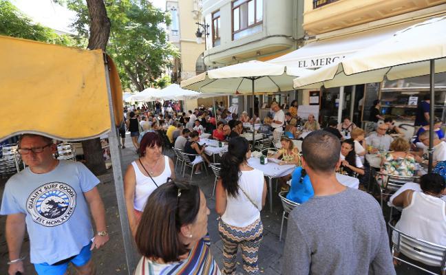 Los hosteleros acuerdan revisar calle por calle las zonas saturadas de terrazas en Valencia