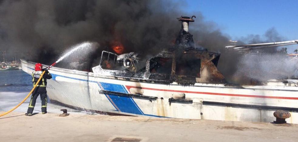 Sofocan el incendio de un barco de pesca amarrado en el puerto de Benicarló