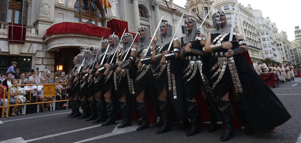 Los Moros y Cristianos desfilan en Valencia por el 9 d'Octubre