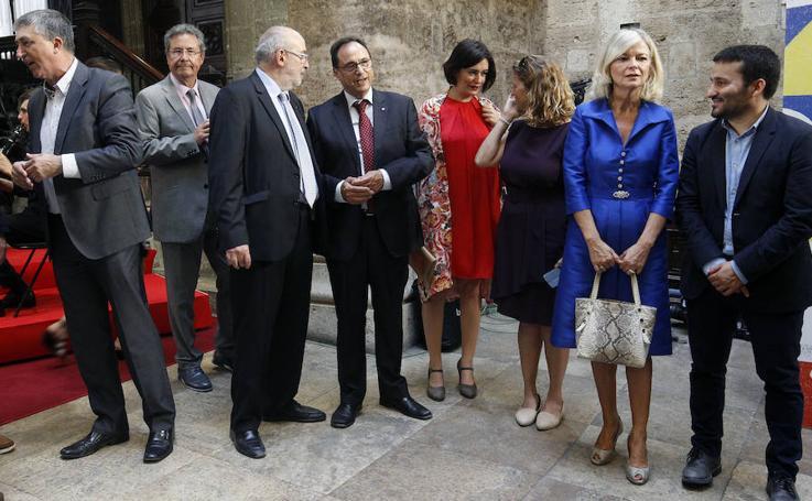 Fotos de autoridades y empresarios en el Palau de la Generalitat tras el acto institucional del 9 d'Octubre