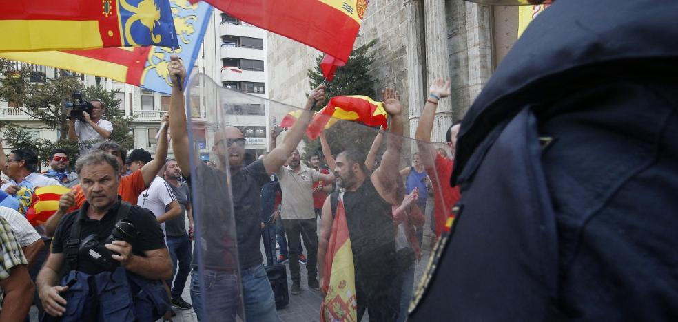 Grupos de ultraderecha irrumpen y boicotean la manifestación catalanista