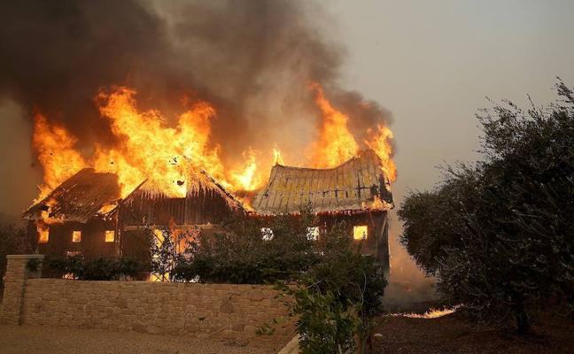 Los incendios fuera de control en California dejan al menos 17 muertos y 20.000 evacuados
