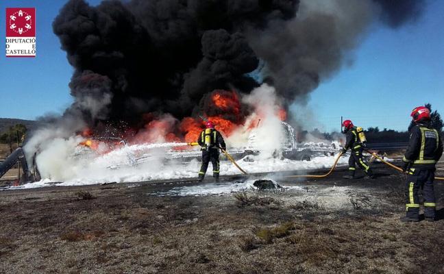 Arde un camión que transportaba 16.000 kilos de poliuretano en Barracas