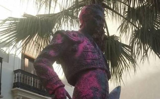 Admiten la querella contra el autor de la pintada en la estatua de Enrique Ponce
