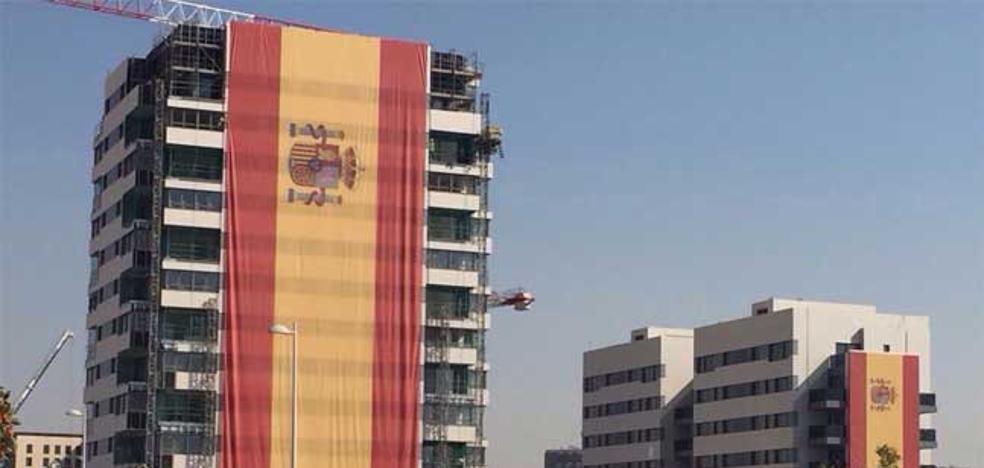 Un empresario «dolido» con la situación de Cataluña despliega una bandera de 14 pisos