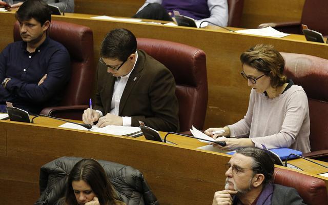 Compromís y Podemos se alinean con Puigdemont y PP y Cs piden su dimisión