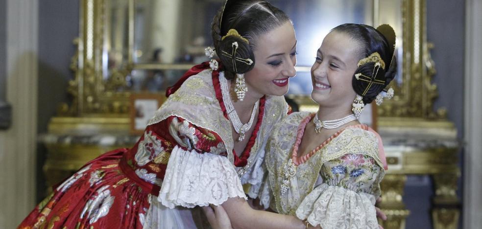 Falleras mayores de Valencia | Rocío y Daniela, coronadas como imagen de las Fallas de 2018