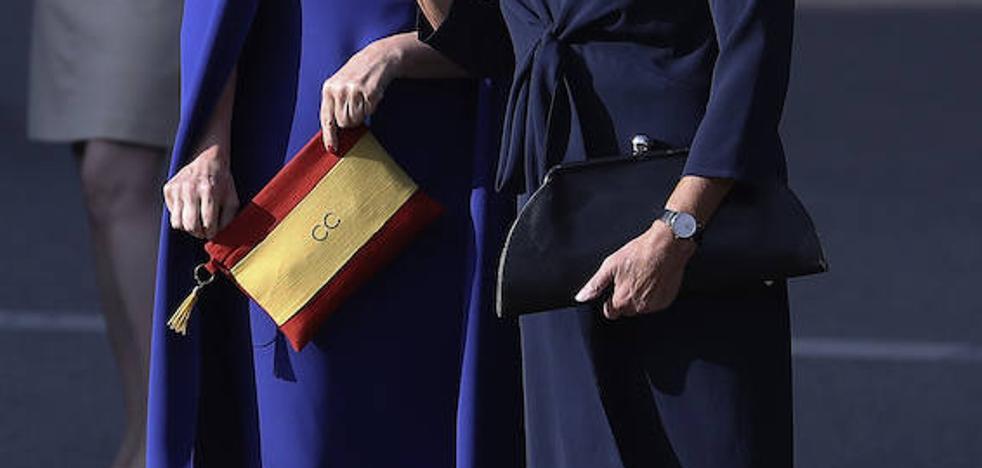 Cifuentes causa sensación con un bolso con la bandera de España