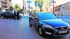 Pinchan las cuatro ruedas de un coche del Ayuntamiento de Valencia y pintan el nombre de dos sindicalistas