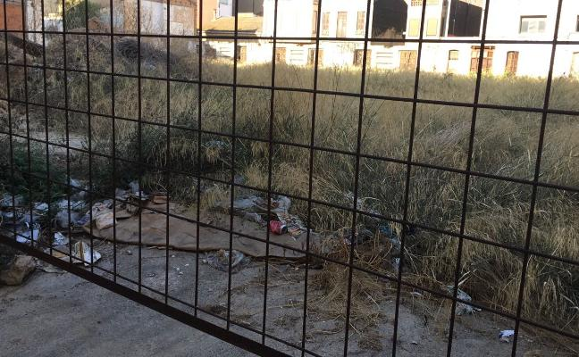 Vecinos de Benetússer denuncian la suciedad de los solares abandonados