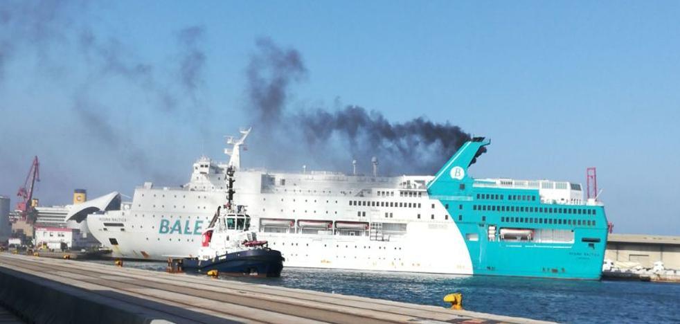 Desalojan un barco de Balearia por un incendio
