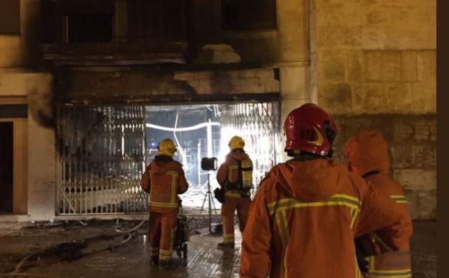 Desalojan tres viviendas de madrugada por un incendio en un bazar chino de 200 m2 de Llíria