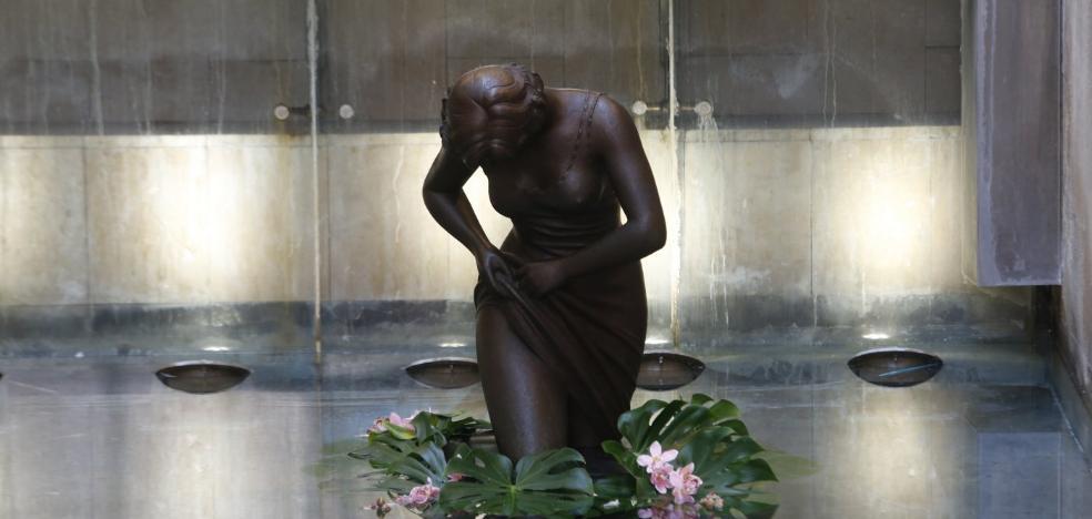 El Mercado de Colón ya cuenta con la escultura de Antonio Ballester
