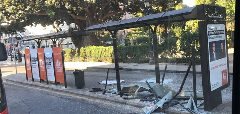 Un superdeportivo destroza la parada de la EMT ante el Palacio de Justicia de Valencia