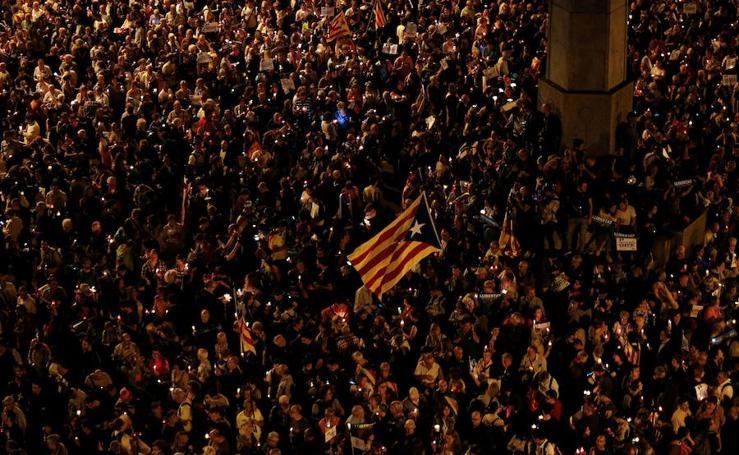 Unas 200.000 personas protestan en Barcelona por encarcelamiento de Sànchez y Cuixart