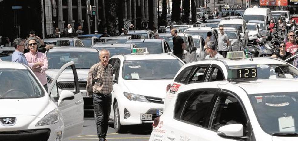 El sector del taxi anuncia movilizaciones contra la ley del Consell