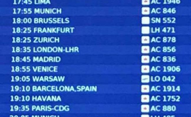 Polémica en las redes por el mensaje en el panel de salidas del aeropuerto de Toronto junto a los vuelos a Barcelona