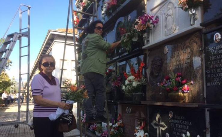 Fotos del día de Todos los Santos en los cementerios de Gandia, Tavernes, Oliva, Bellreguard, Xeraco y Almiserà
