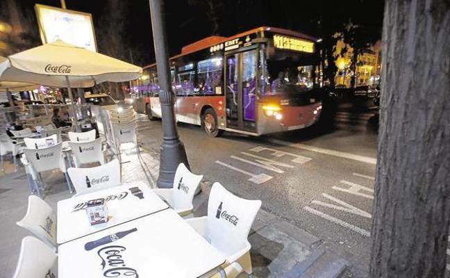 Presentan 6.000 firmas contra la prohibición de aparcar en el carril bus en Valencia