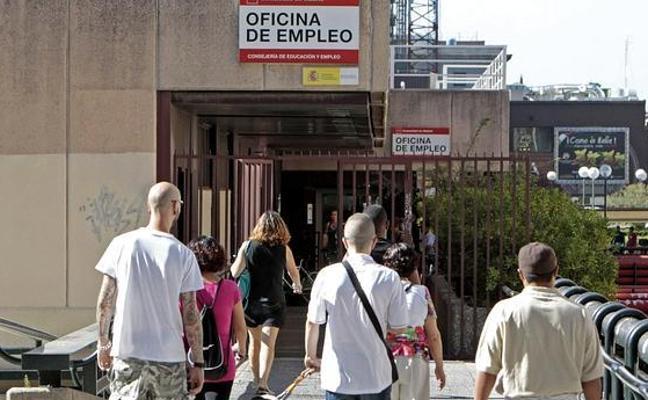 El paro baja en la Comunitat en octubre y se dispara en Cataluña tras la salida de empresas