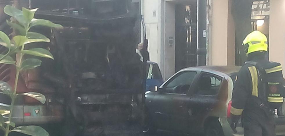 Un autobús de la EMT se quema en pleno centro de Valencia